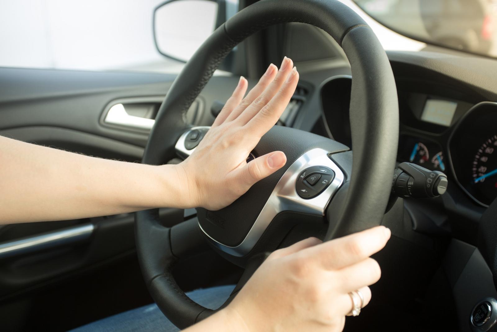 hãy dạy trẻ đến vị trí vô lăng xe, tìm kiếm hình ký hiệu còi xe và nhấn liên tục để thu hút sự chú ý từ những người xung quanh.
