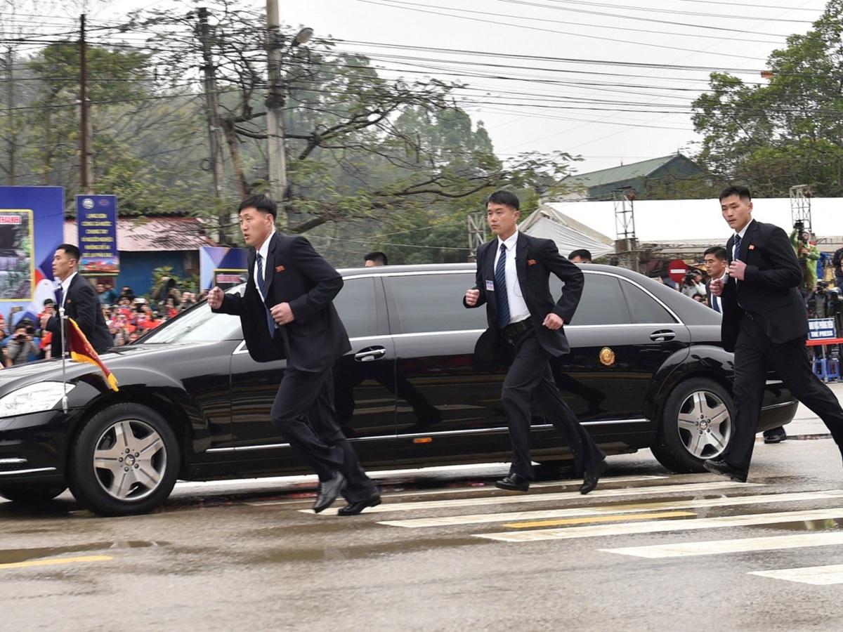 Một tá vệ sĩ chạy dọc theo xe của Kim Jong un lấy ý tưởng từ phim Hollywood