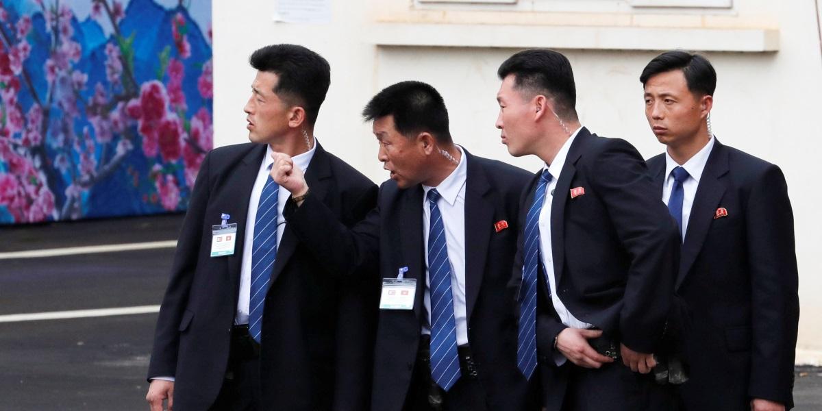 Một tá vệ sĩ chạy dọc theo xe của Kim Jong un lấy ý tưởng từ phim Hollywood - ảnh 2