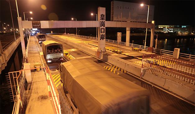 Các xe quân sự trên đường tiến vào Hồng Kông. (Ảnh: Tân Hoa Xã)