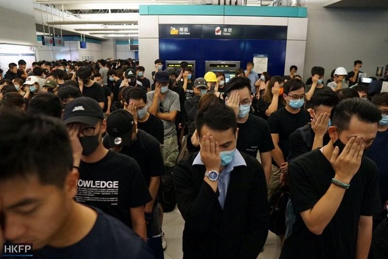 Người biểu tình mít tinh tại ga tàu điện ngầm Nguyên Lãng tối 21/8. (Ảnh qua hongkongfp.com)