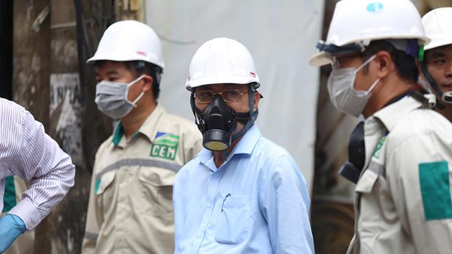 Lãnh đạo Tổng cục Môi trường, Bộ TN-MT vẫn trang bị bảo hộ phòng chống độc khi đi kiểm tra hiện trường đám cháy dù quận Thanh Xuân thông báo môi trường đã an toàn.