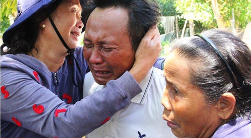 Ông Bùi Văn Quốc khóc nức nở trên vai người thân khi là người may mắn sống sót trở về sau chuyến biển đầy bão táp.
