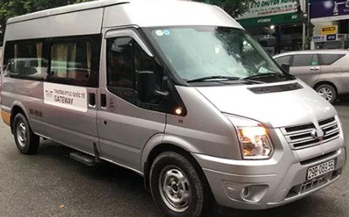 Xe Ford Transit chở bé Long và 12 học sinh khác trong ngày 6/8. (Ảnh qua vnexpress)