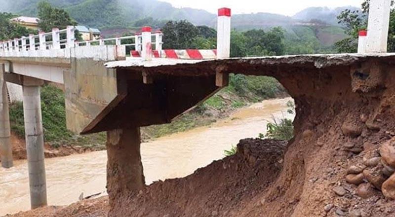 Đường dẫn lên cầu R Lây bị sạt lở chỉ còn một lớp nhựa mỏng dính. (Ảnh qua thanhnien)