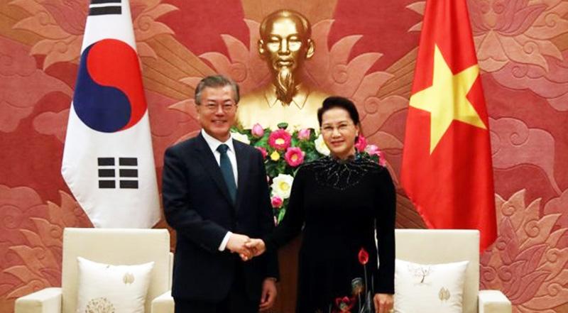 Chủ tịch Quốc hội Việt Nam Nguyễn Thị Kim Ngân tiếp đón Tổng thống Hàn Quốc Moon Jae-in hồi tháng 3/2018. (Ảnh qua bbc)