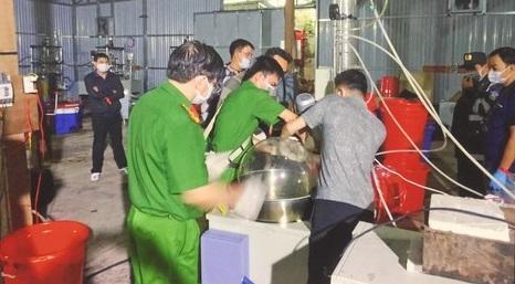 Công an thu giữ nhiều máy móc, tiền chất ma túy bên trong xưởng sản xuất tại Kon Tum.