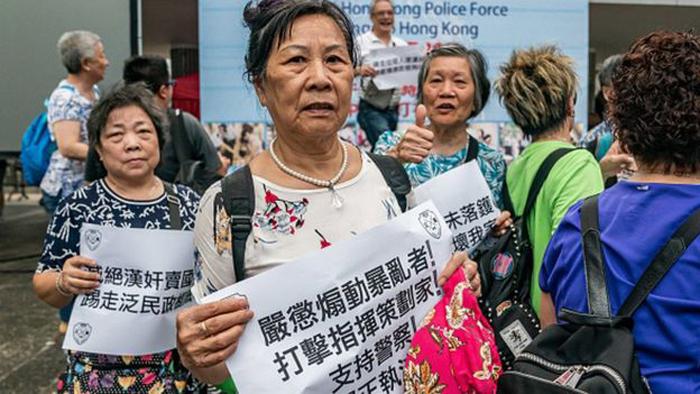 Truyền thông nhà nước nói các cuộc biểu tình là của các phụ huynh Hong Kong chống lại sự can thiệp của Hoa Kỳ và ủng hộ lực lượng cảnh sát