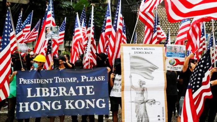 Những người biểu tình ủng hộ dân chủ ở Hồng Kông kêu gọi Tổng thống Donald Trump cứu giúp.