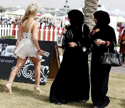 Phụ nữ phải mặc trang phục kín đáo khi ra đường.