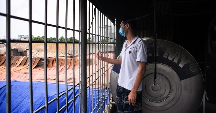 Một người dân phải rời bỏ ngôi nhà 4 tầng mới xây sau đám cháy Rạng Đông (ảnh qua Zing).