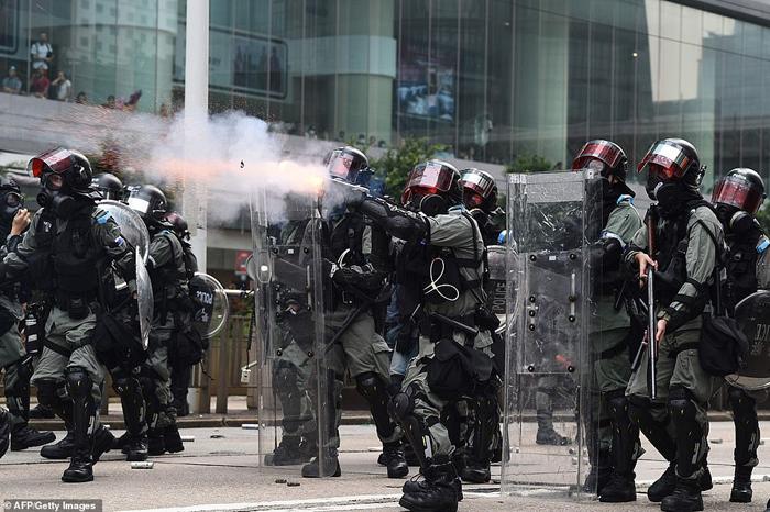 Cảnh sát bắn đạn hơi cay về phía người biểu tình.