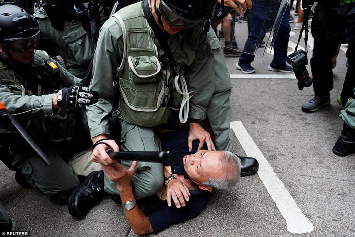 Cảnh sát Hồng Không khống chế người biểu tình.