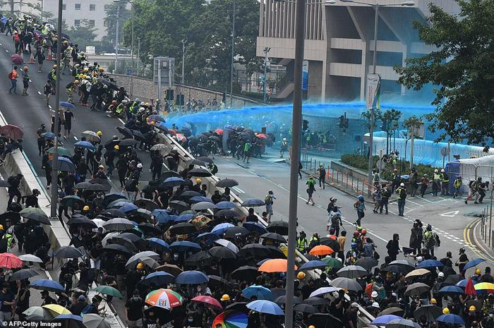 Cảnh sát bắn nhiều đạn hơi cay và đạn túi vải, và sử dụng đến xe phun vòi rồng có phẩm màu để làm bẩn quần áo người biểu tình.