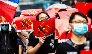 Nhiều người tuần hành Hồng Kông hôm Chủ Nhật (29/9) đã cầm 'cờ Chinazi', một phiên bản của lá cờ Trung Quốc được biếm họa.