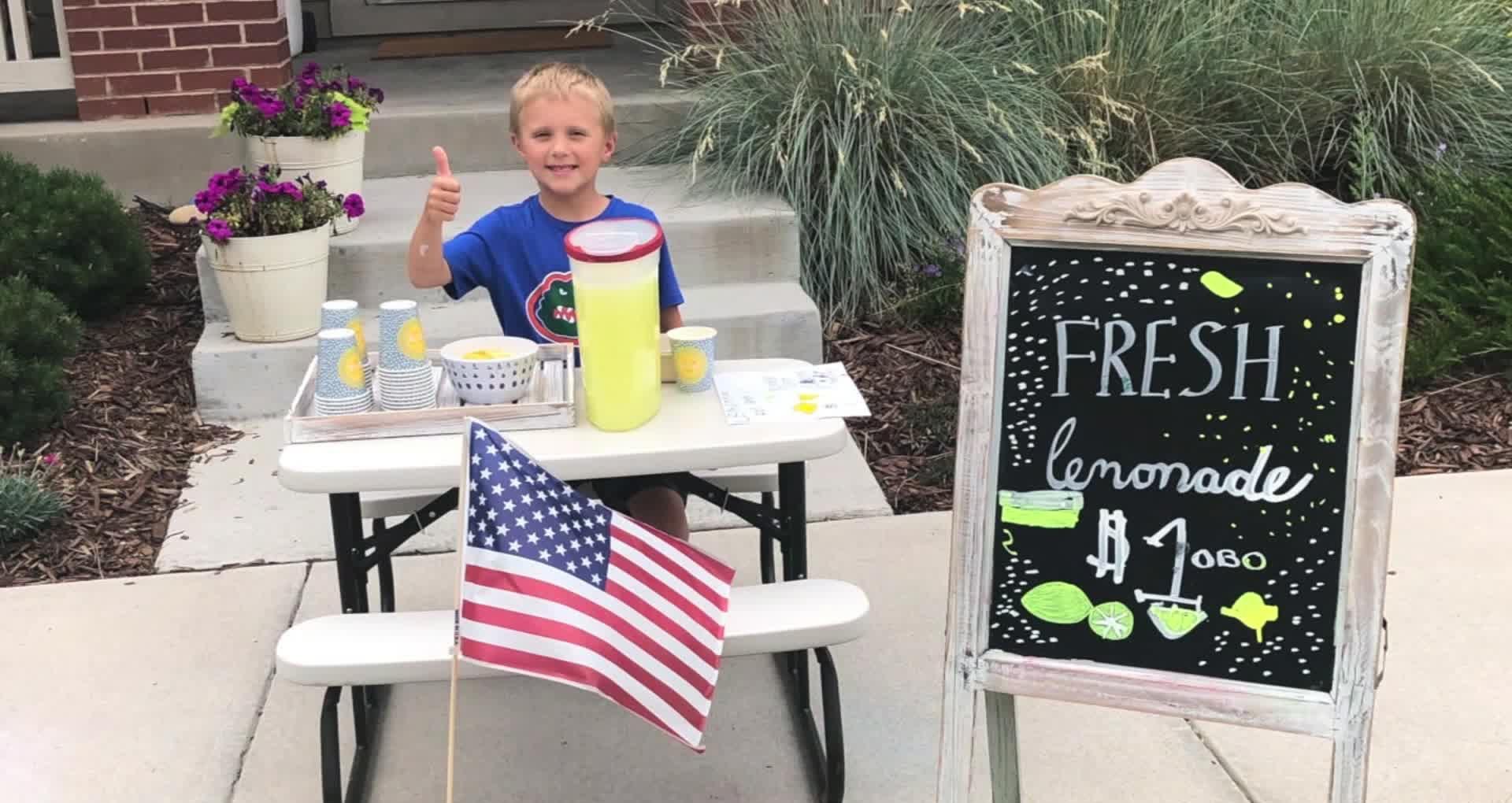 Giữ lời hứa với bố, cậu bé 6 tuổi bán nước chanh kiếm tiền đưa mẹ đi du lịch