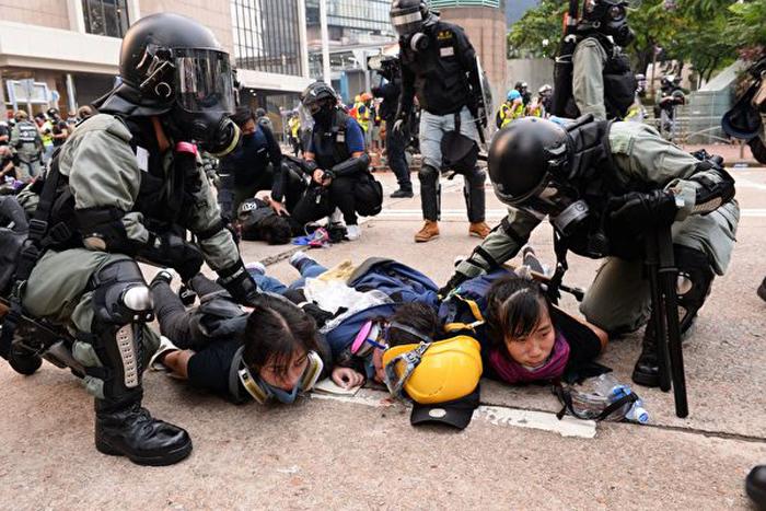 Cảnh sát không chế 3 người phụ nữ tại khu vực Kim Chung.