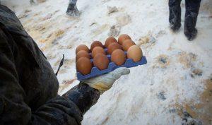 Nhóm thanh niên hả hê ném trứng và bột mì vào phụ nữ khuyết tật