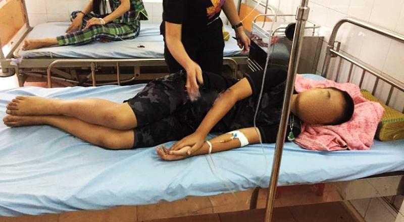 Một học sinh đang được cấp cứu tại bệnh viện. (Ảnh qua vietnamnet)