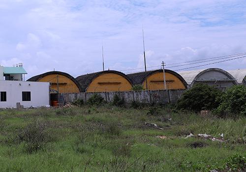20 lô đất còn lại nằm cách sân bay quân sự một bức tường rào. (Ảnh qua vnexpress)
