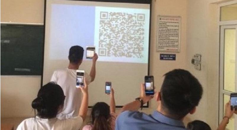 Sinh viên ĐH Luật Hà Nội điểm danh bằng cách quét mã QR. (Ảnh qua Zing)