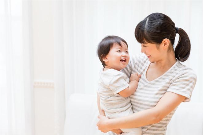 Nghiên cứu tiết lộ, càng được ôm trẻ càng thông minh