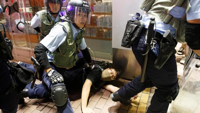 Cảnh sát Hồng Kông đã lạm dụng vũ lực đối với người dân mà không có kiêng nể, hành vi lạm quyền vô pháp vô thiên, đã khiến Hồng Kông bước vào thảm họa nhân đạo.