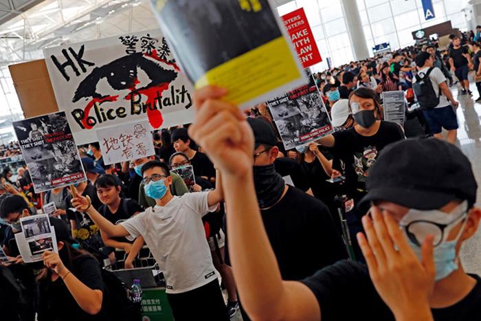 Người biểu tình ở sân bay Hông Kông ngày 12/8 lên án cảnh sát bắn vào mắt người biểu tình.