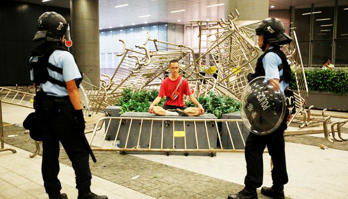 Hồng Kông nổi bật trước cộng đồng quốc tế không phải là một chính phủ vô năng, cũng không phải lực lượng cảnh sát bạo tàn, mà là những người biểu tình sáng ngời nhân tính, trong hiện thực tối tăm mà tỏa sáng chói lọi.