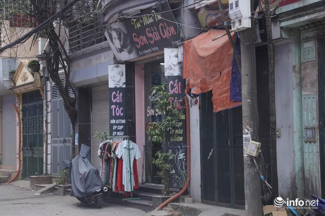 Cả khu phố duy nhất 1 tiệm cắt tóc còn mở cửa. (Ảnh qua infonet)