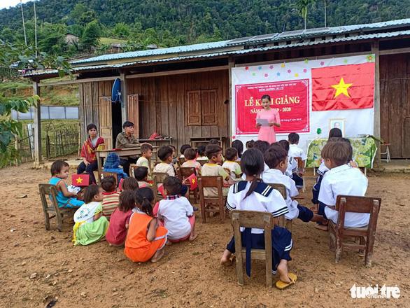 Những đứa trẻ mặt vẫn còn lấm lem đang chăm chú ngồi nghe cô giáo đọc thư chúc mừng năm học mới. (Ảnh qua tuoitre)