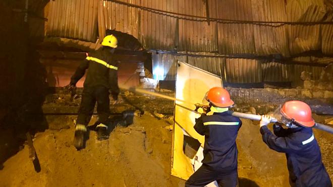 Lực lượng cứu hỏa phun nước dập lửa tại khu vực nhà kho công ty Rạng Đông đêm 28/8. (Ảnh qua thanhnien)