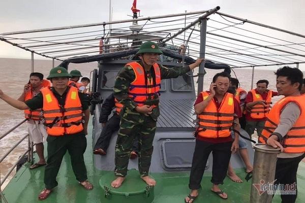Bộ đội Biên phòng Quảng Bình cùng các lực lượng đang tiến hành tìm kiếm 2 ngư dân còn lại. (Ảnh qua vietnamnet)