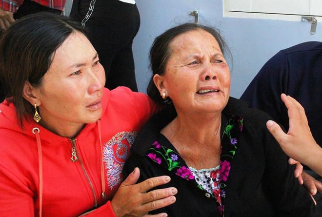 Người thân của ngư dân Nguyễn Tấn Vân khóc nức nở khi hay tin ông bị mất tích trên biển.