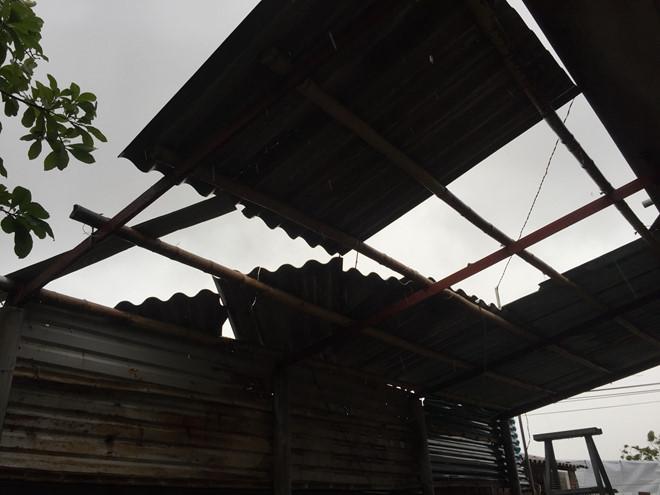 Nhiều nhà dân bị tốc mái sau cơn lốc ở xã Triệu Trạch (H.Triệu Phong, Quảng Trị). (Ảnh qua thanhnien)
