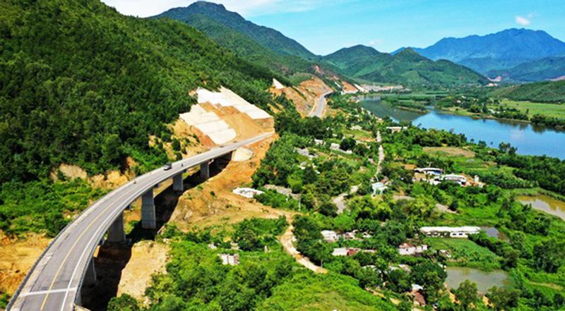 Một đoạn đường cao tốc La Sơn - Túy Loan nối Huế và Đà Nẵng thuộc tuyến cao tốc Bắc - Nam phía Đông đã thi công.