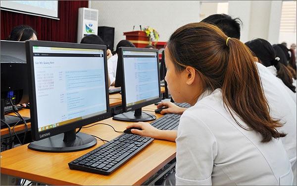 Thí sinh làm bài thi trên máy tính.