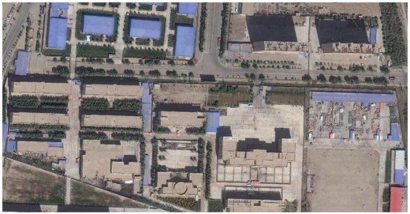 Một hình ảnh vệ tinh chụp vào tháng 9/2018 cho thấy một trại tập trung ở Tân Cương. Các tòa nhà ở góc trên, bên trái dường như là một thiết kế thường được sử dụng cho các nhà máy.