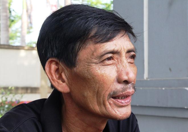 Ngư dân Đinh Văn Trúc bần thần kể lại thời khắc tàu bị gặp nạn khiến 3 ngư dân hiện còn mất tích.