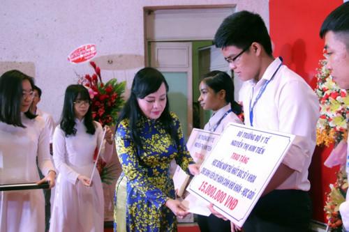 Bộ trưởng Nguyễn Thị Kim Tiến đã trao tặng học bổng cho 5 tân sinh viên xuất sắc của trường. (Ảnh qua giaoducthoitdai)