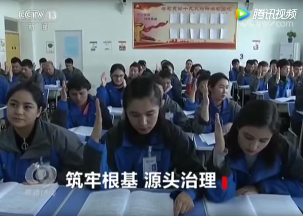 Truyền hình nhà nước Trung Quốc chiếu cảnh những người Hồi giáo tham dự các lớp học về cách trở thành công dân tuân thủ pháp luật.