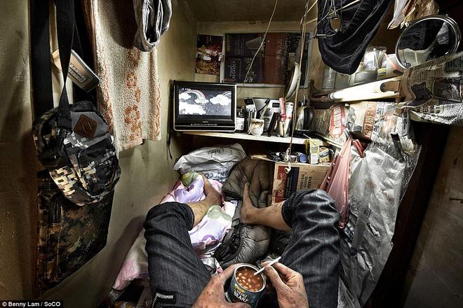 """Trong """"nhà"""" ông phải nhồi nhét đủ thứ xung quanh chỗ nằm như túi ngủ, TV nhỏ, quạt điện."""
