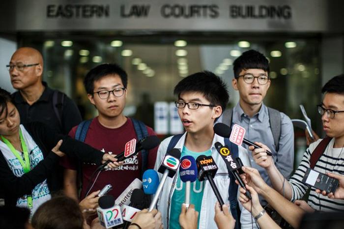 """Hoàng Chi Phong cho rằng việc bà Lâm biểu đạt thái độ đã là """"quá muộn"""" và hy vọng bà Lâm có thể giải quyết cả 5 yêu cầu của người biểu tình, chứ không chỉ là rút lại dự luật dẫn độ."""