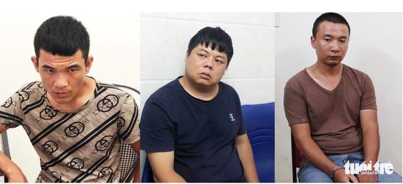 Nhóm nghi phạm quốc tịch Trung Quốc làm giả thẻ ATM để chiếm đoạt tài sản. (Ảnh qua tuoitre)