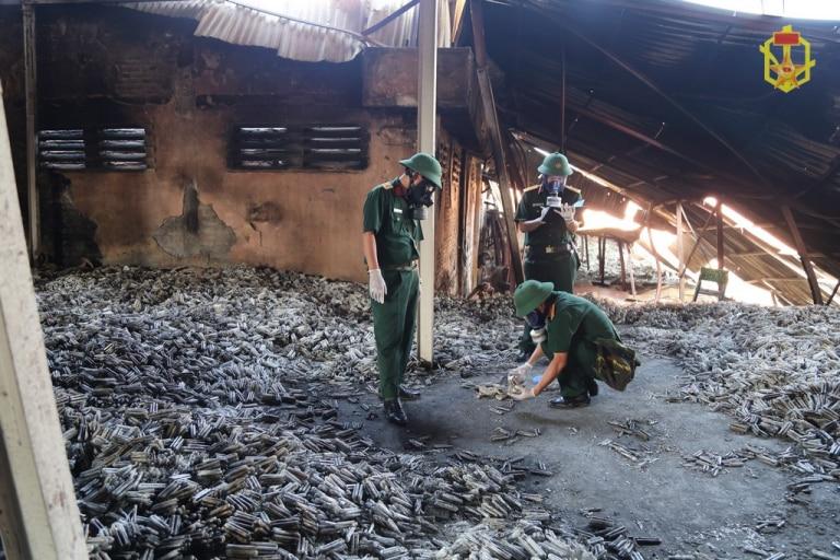 Các cán bộ của Viện Hóa học môi trường quân sự (Binh chủng Hoá học) lấy mẫu tại khu vực cháy kho Nhà máy Rạng Đông về phân tích chỉ số ô nhiễm. (Ảnh qua binhchunghoahoc.vn)
