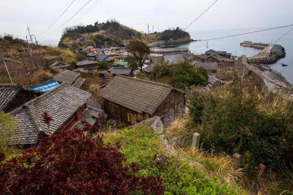 Aoshima cách bờ biển 30 phút đi phà và hiện chỉ có một số ít cư dân.