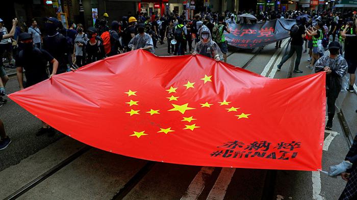 Cờ Trung Quốc bị biến hóa thành biểu tượng Phát xít. (