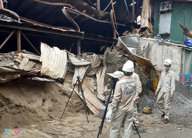 Đoàn kỹ thuật viên của Bộ TNMT đến khu vực cháy để quan trắc.