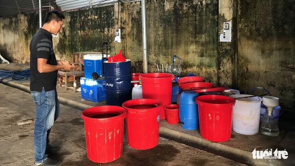 Các thùng đựng hóa chất tại xưởng sản xuất ma túy của người Trung Quốc.