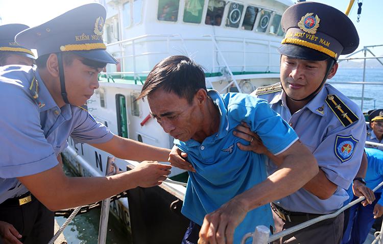 41 ngư dân tàu câu mực Quảng Nam bị chìm được lực lượng kiểm ngư đưa về cảng Ba Ngòi, Cam Ranh.